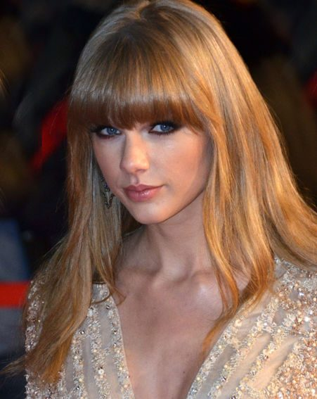 On the red carpet Taylor Swift showed off her slim figure in a tight fitting plunging gold mini dres