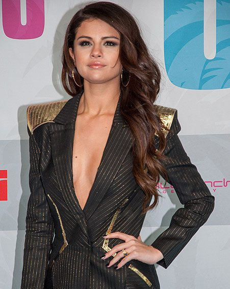 Selena Gomez reveals her clevage in daring suit