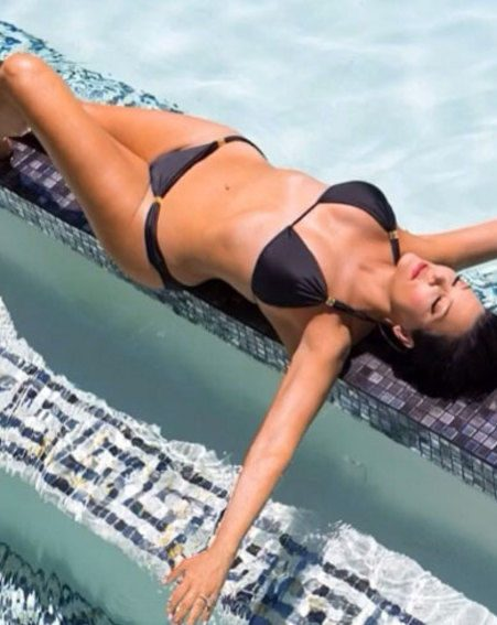 Kris Jenner shows off her amazing figure in this holiday snap